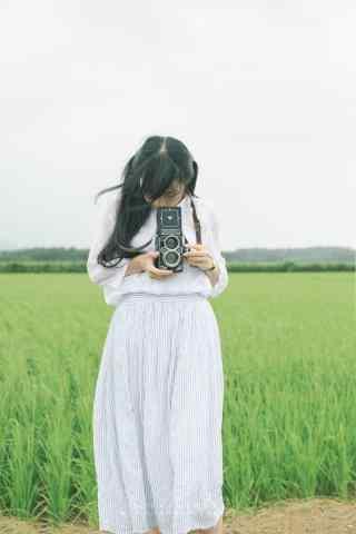 拿着相机的日系清纯美女手机壁纸
