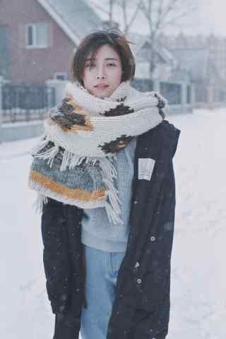文艺美女雪景写真手机壁纸