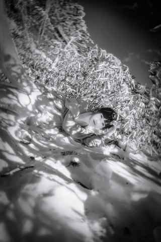 文艺美女黑白雪景手机壁纸