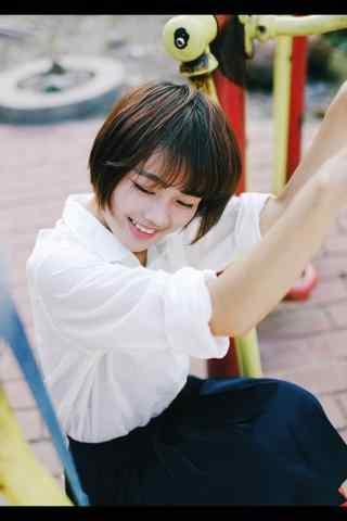 穿白衬衫的可爱短发女孩手机壁纸