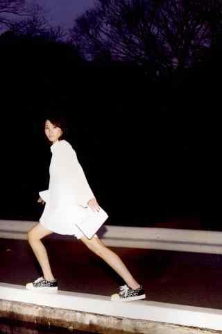 日本美女新垣结衣可爱搞怪图片手机壁纸