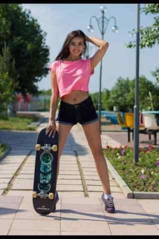滑板女孩可爱造型手机壁纸