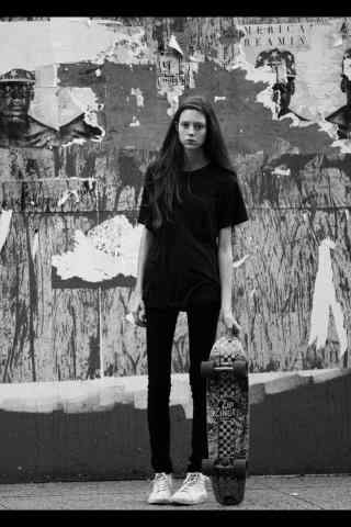 滑板女孩个性黑白图片手机壁纸