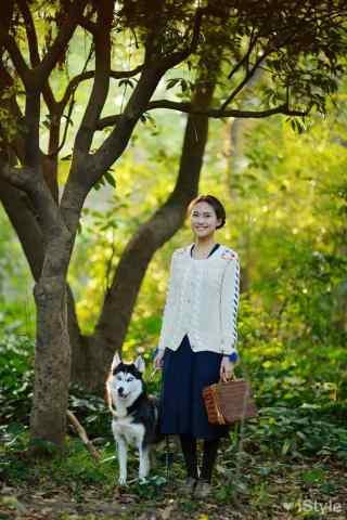 田园美女与哈士奇狗狗可爱图片