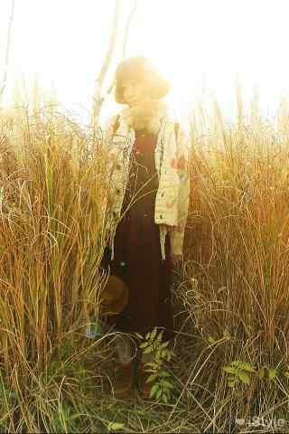 短发美女田园风格写真图片