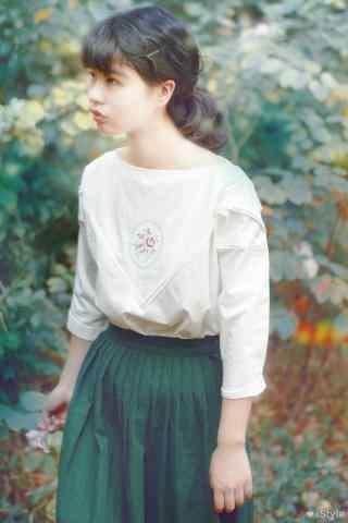 复古绿色长裙美女田园文艺写真图片
