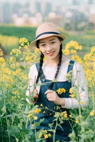 可爱麻花辫美女田园写真图片