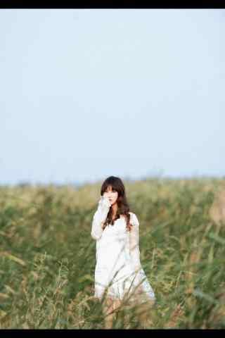 草丛里的美女田园风格写真图片