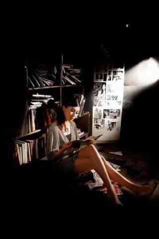成熟性感美女看书手机壁纸