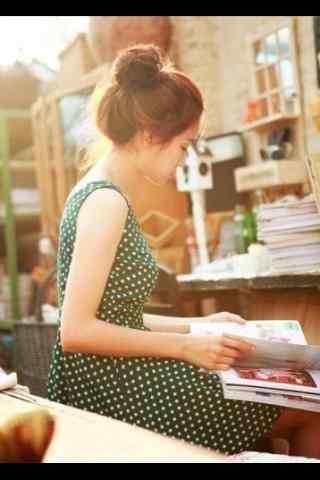 女孩看书背景写真壁纸