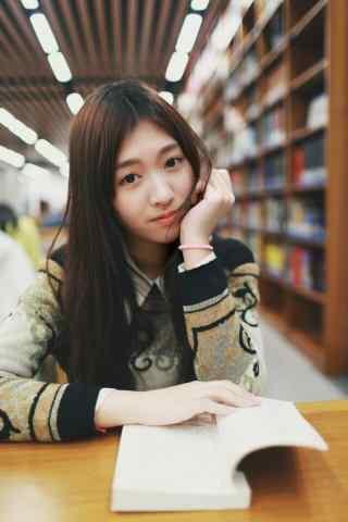 图书馆看书女孩图片壁纸