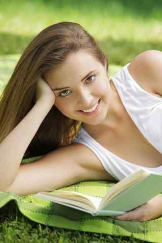 草地上的美女看书手机壁纸