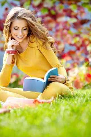 欧美美女草地看书手机壁纸