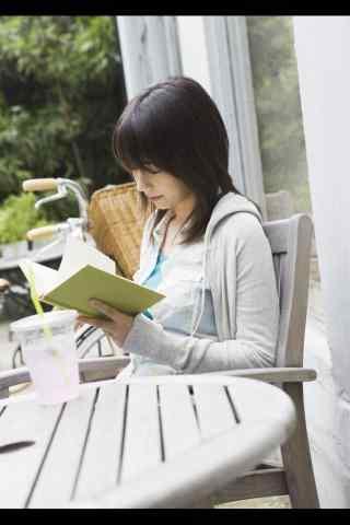 女孩看书图片手机壁纸