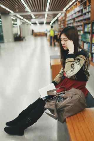 女孩图书馆看书手机壁纸