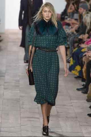 gigi着绿色复古连衣裙走秀图片