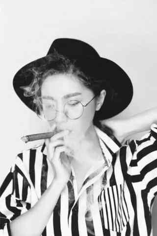 抽雪茄的美女图片