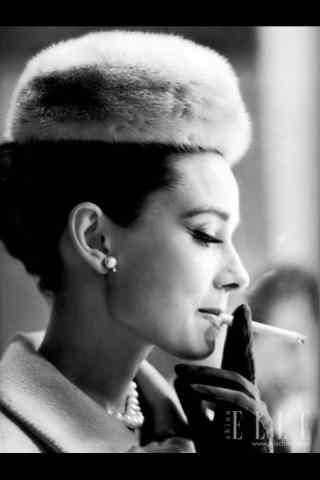 奥黛丽赫本抽烟图