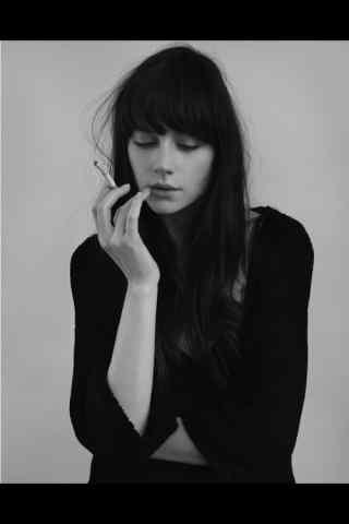 精致美女抽烟图片
