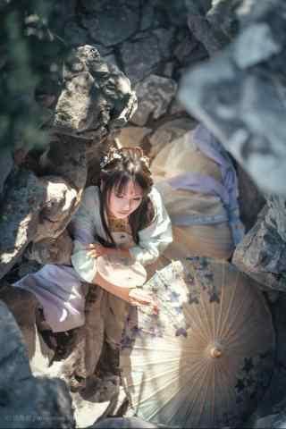 汉服齐胸儒裙—假山中的美女手机壁纸