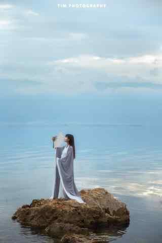 汉服交领儒裙—少女水上翩翩起舞手机壁纸