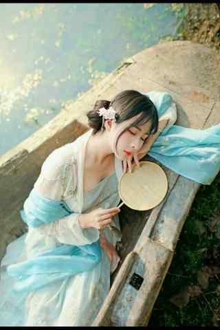 汉服齐胸儒裙—少女静静躺在游船手机壁纸