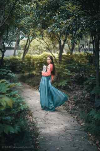 汉服齐胸儒裙—少女在游园嬉戏手机壁纸