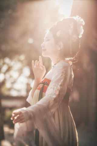 汉服齐胸儒裙—阳光笼罩在美女身上手机壁纸