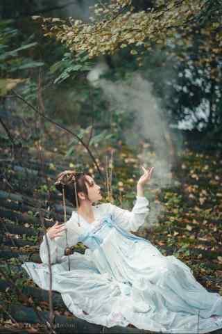 汉服齐胸儒裙—美女躺在屋顶手机壁纸