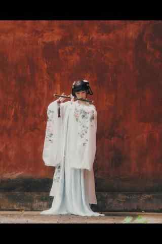 汉服齐胸儒裙—在红墙处吹笛手机壁纸