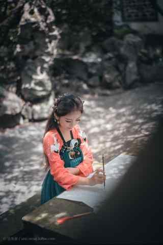 汉服齐胸儒裙—正在作画的少女手机壁纸