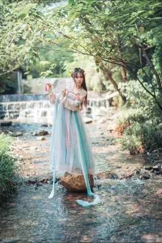 汉服齐胸儒裙—少女在溪水上玩耍手机壁纸