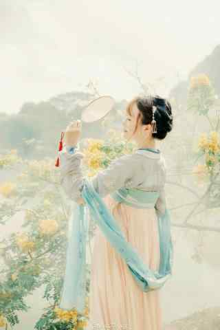 汉服齐胸儒裙—少女游走花海手机壁纸