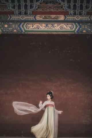 汉服齐胸儒裙—红墙处惊现曼妙舞姿手机壁纸