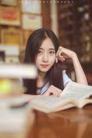 JK制服—认真看书的少女手机壁纸