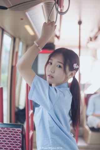 JK制服—电车上的可爱少女手机壁纸