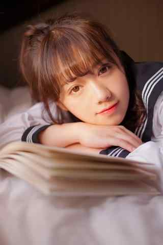JK制服—趴在书桌的少女手机壁纸