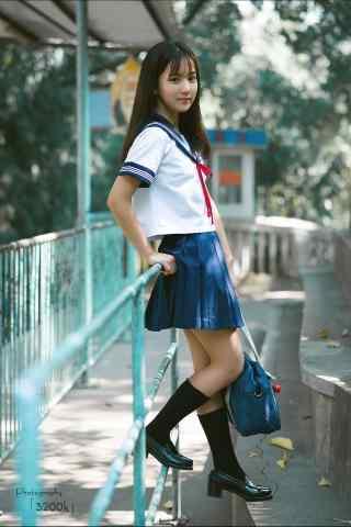 JK制服—游园里面的少女手机壁纸