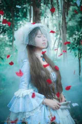 lolita洋装—花瓣飘落在少女身上手机壁纸