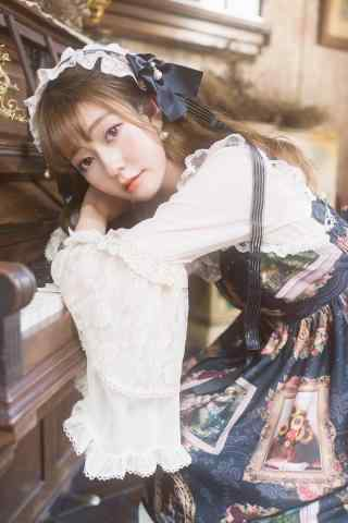 lolita洋装—趴在钢琴上的可爱少女手机壁纸