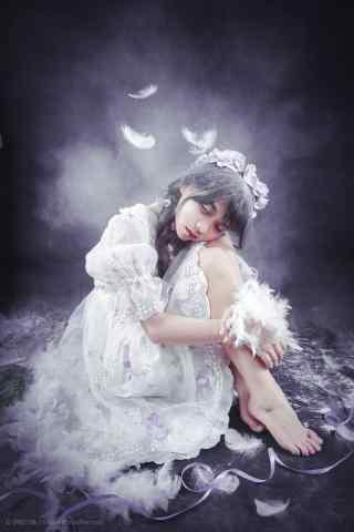 lolita洋装—羽毛散落在少女身上手机壁纸