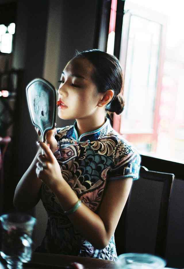 旗袍—正在摸红唇的美女手机壁纸