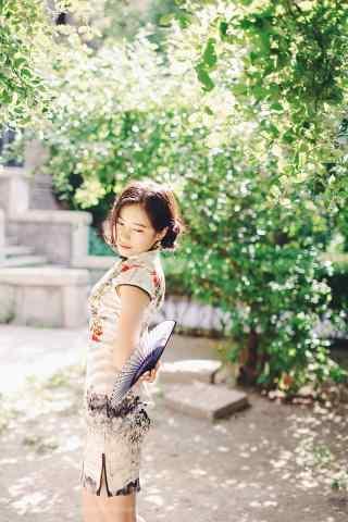 旗袍—美女低头害羞的模样手机壁纸