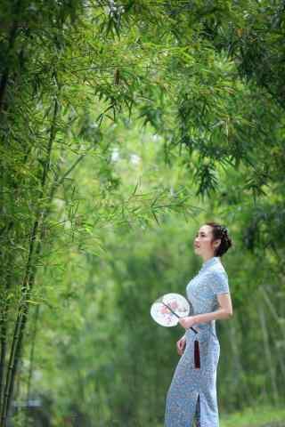 旗袍—林中清纯美女手机壁纸