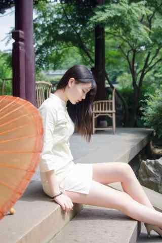 旗袍—游园里面的少女手机壁纸