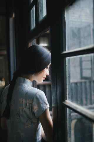 旗袍—美女看窗外世界手机壁纸