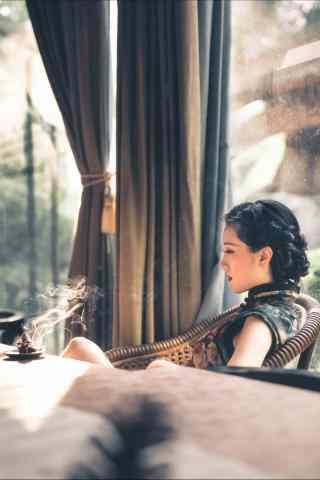 旗袍—咖啡馆里面的美女手机壁纸