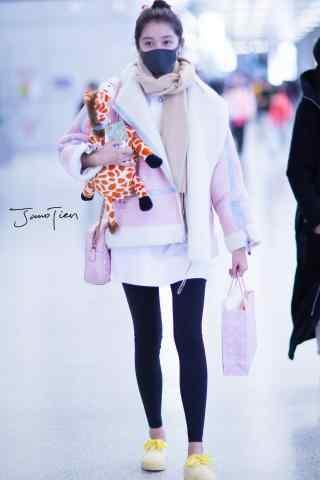 机场抱着娃娃的关晓彤手机壁纸