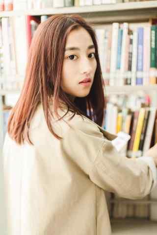 图书馆美女挑书手机壁纸