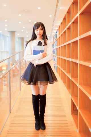 图书馆美女抱书唯美手机壁纸